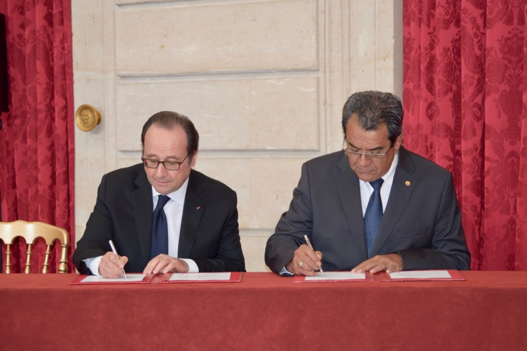 """Edouard Fritch et François Hollande ont signé la """"convergence de vue"""" entre l'Etat et le Pays sur la rédaction de l'accord de Papeete, vendredi à 17 heures au palais de l'Elysée à Paris."""