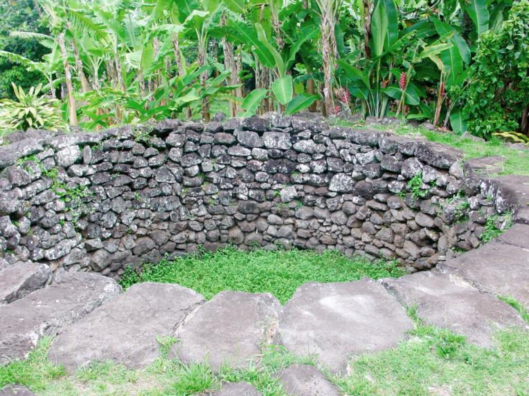 Ancienne fosse à Ma à Rikitea, ile de Mangareva aux Gambier.