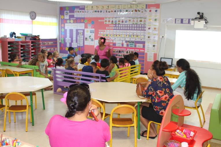 Invités à l'école maternelle, les parents retournent en classe