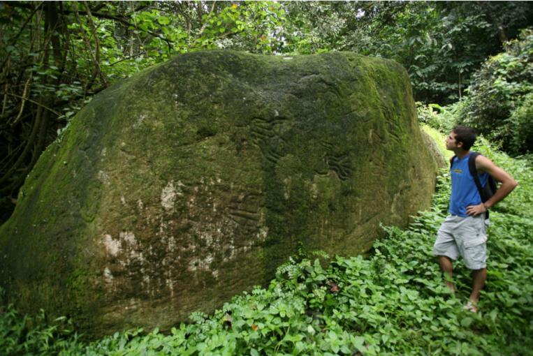 L'énorme rocher sculpté, en partie couvert de pétroglyphes. Ses 250 tonnes ont glissé sur 200 m dans la vallée en 1983 à cause d'une coulée de boue due à de très fortes pluies.
