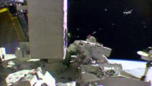 ISS: Deux astronautes marchent dans l'espace