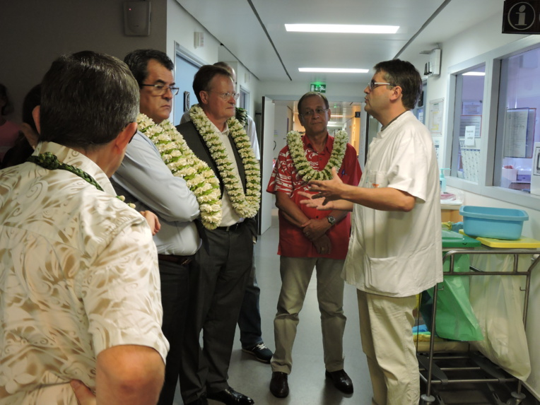 En décembre dernier, le haut-commissaire, le président du Pays et le ministre de la Santé avaient fait un point sur les besoins du service d'oncologie lors d'une visite au centre hospitalier de la Polynésie française. Docteur Bertrand Billemont, chef du service d'oncologie médicale, avait mis en avant les besoins du service mais aussi des patients.