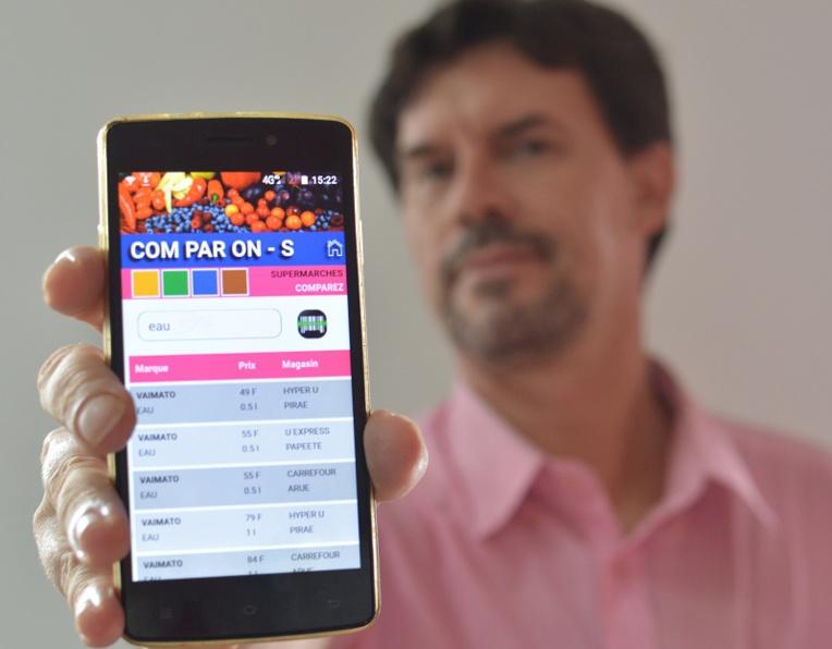 Le développeur bénévole présente l'application Comparons, de la jeune association TahitiSphère