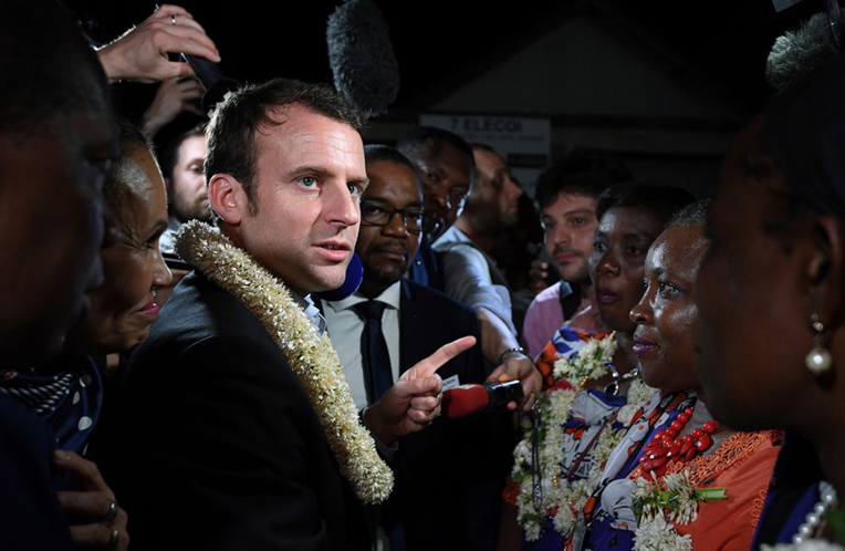 """La Réunion: Macron veut réviser la Constitution pour """"plus de souplesse"""""""