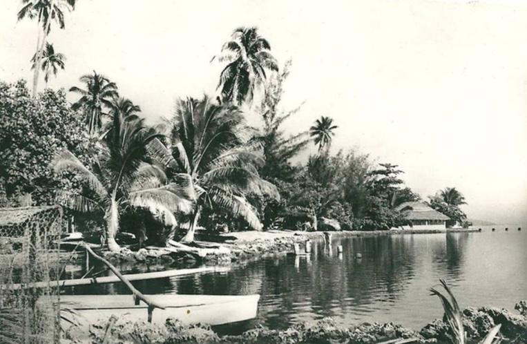 La plage d'Arue en 1950, un peu avant le marché et le stade actuel. Photo Sincère