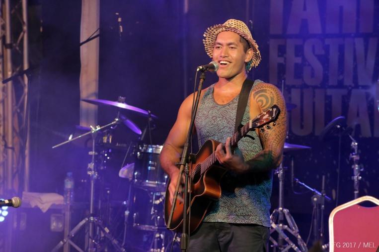 Le Polynésien au chapeau tressé fait partie de la nouvelle vague d'artistes locaux.