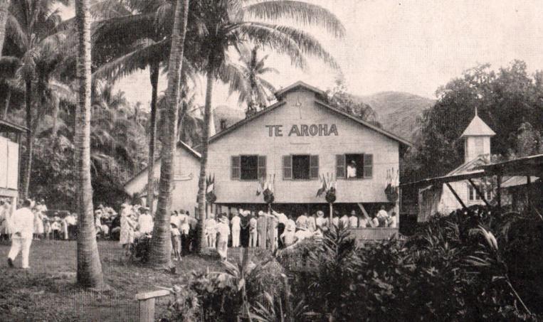 Le préau-salle de récréation offert aux lépreux d'Orofara par l'association des Dames françaises de la Croix-Rouge. A gauche, l'église Saint-Lazare ; à droite le temple protestant.