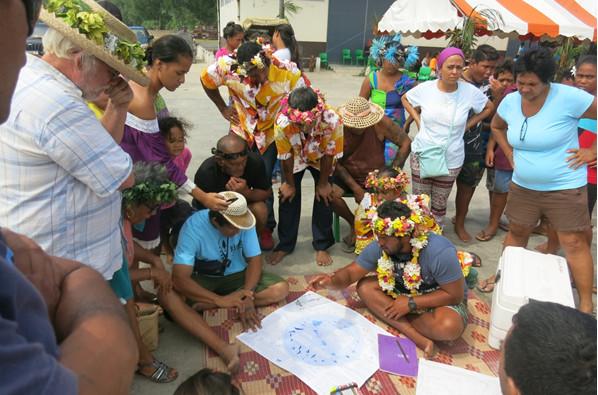 Titaua explique les bases de la navigation à la population de Rurutu (Crédit: Jérôme Petit)