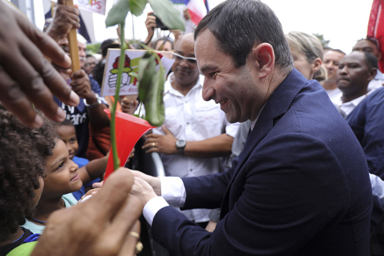 Hamon tente de recharger ses batteries à La Réunion