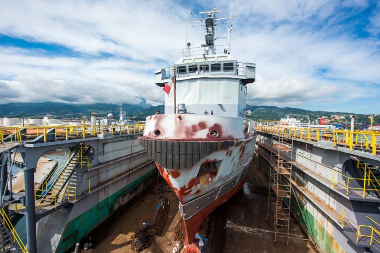 Le dock flottant de la Marine nationale à Fare Ute avec le remorqueur-ravitailleur militaire le Revi à sec (Crédit photo : J-Bellenand, Marine Nationale)