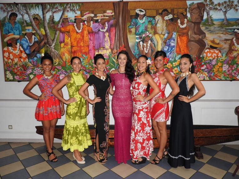 Six des sept candidates, autour de Miss Tahiti 2016, membre du jury, quelques minutes avant de passer leur entretien.