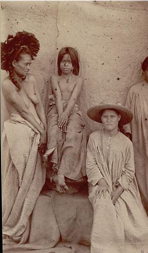 On pense que sur cette vieille photo, c'est Maria Angata, alors jeune, qui est assise, à droite, avec un chapeau.