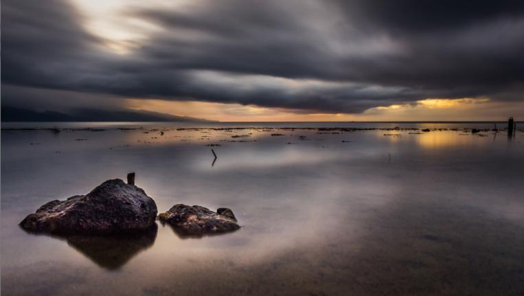 Coucher de soleil sur une mer calme. Photo Steve Kuo Tahistiscape