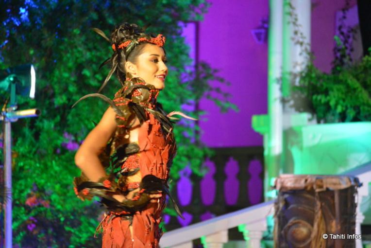 En robe végétale rouge pour inaugurer la soirée, Nolwen Balch est la 2ème dauphine
