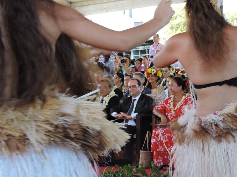 La présidence de François Hollande a été marquée par le déplacement du chef de l'État au fenua le 22 février 2016. La dernière visite d'un président de la République remontait au mois de juillet 2003. C'était alors Jacques Chirac qui était venu.