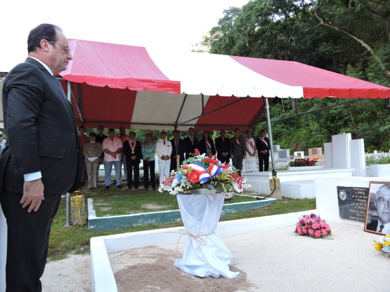 Lors de sa venue à Tahiti, François Hollande a déposé une gerbe sur la tombe de Pouvana'a a Oopa au cimetière de l'Uranie.