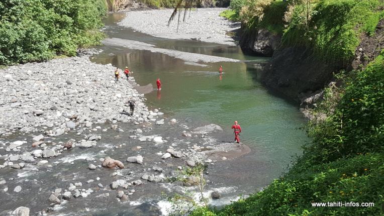 En aval de la Te Faaiti, 25 secouristes sont engagés dans les recherches, vallée de la Papenoo. Un homme est toujours porté disparu.