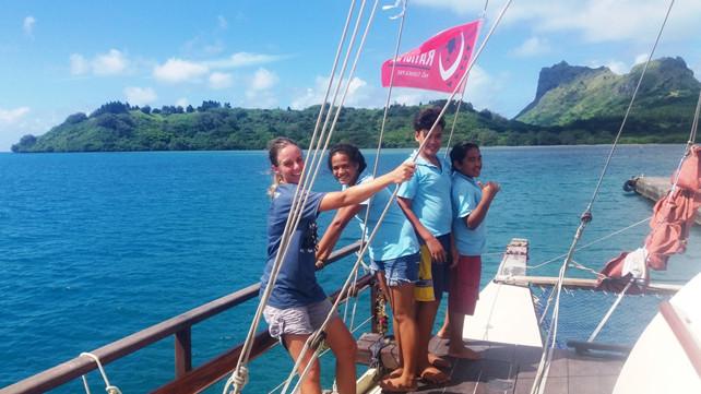 Elèves de Raivavae accueillis à bord de Fa'afaite par les marins (Photo : Jérôme Petit)