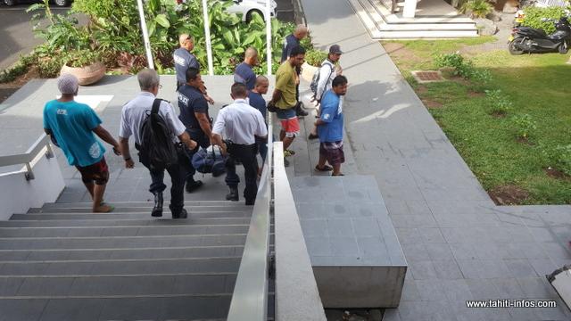 Sur les vingt prévenus jugés depuis mardi dans cette affaire, près de la moitié sont partis en détention cet après-midi.