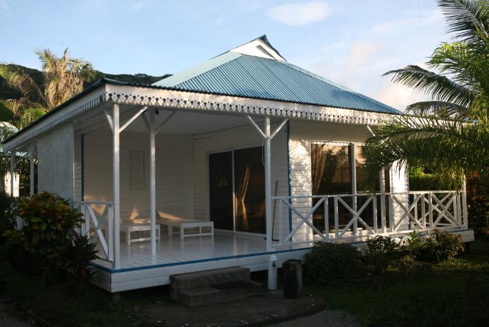 Les bungalows de ce petit hôtel qui porte fièrement ses trois étoiles sont tous blancs, avec un toit bleu, en parfaite harmonie avec le lagon lumineux.