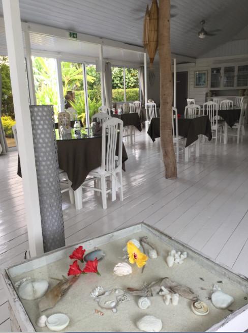 Une vue du restaurant, lui aussi tout de blanc « vêtu ».