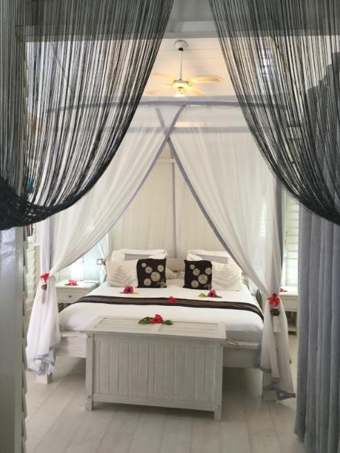 Les chambres à l'ambiance très coloniale des neuf bungalows.