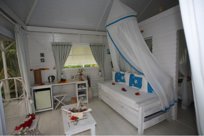 Déco simple mais chic des petits salons dont sont dotés tous les bungalows.