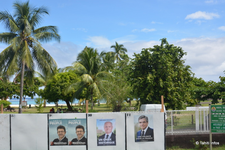 Derrière les panneaux électoraux, la plage