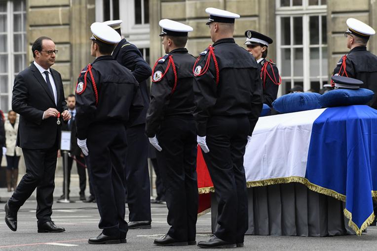 """Le compagnon du policier tué sur les Champs Elysées """"souffre sans haine"""""""