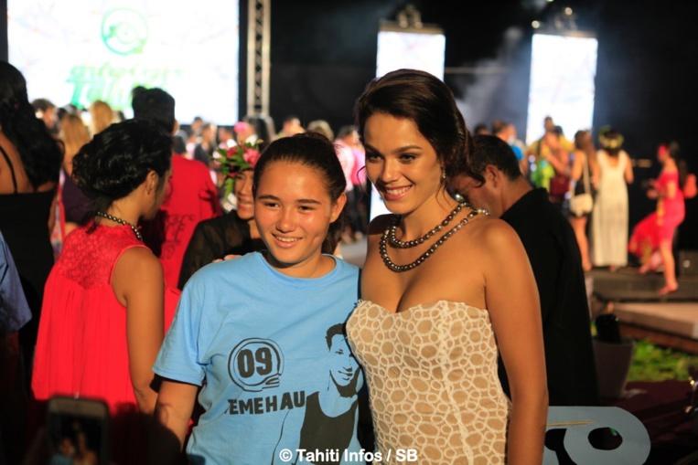 Miss Tahiti Vaea Ferrand était membre du jury, ici avec une fan