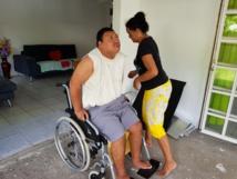 Grâce à ses séances chez le kiné, Raitini arrive à se soulever, ce qui facilite un peu le travail de sa mère
