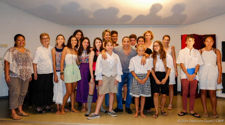 Les ados de la classe d'art dramatique de Christine Bennett avaient rencontré Smaïn courant janvier 2017 pour une master-class. L'humoriste les avait chaudement félicités. (Photo : CAPF)