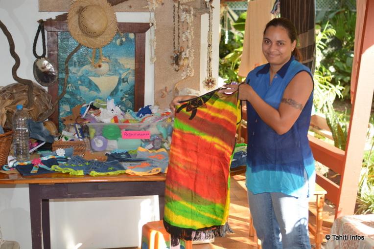 Vairea Cheung Piou nous présente certaines de ses créations, ici deux petits hauts créés à partir d'une seule robe XL.