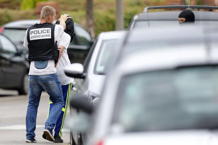 Opération antiterroriste: cinq arrestations en France, des armes saisies