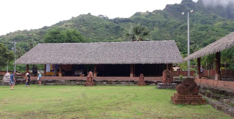 Le moi déjà endommagé se trouve sur le toua Pepeu, au centre de Hiva Oa. Sous un toit en Palmex, il est certes abrité de la pluie, mais pas des insectes gourmands de bois.
