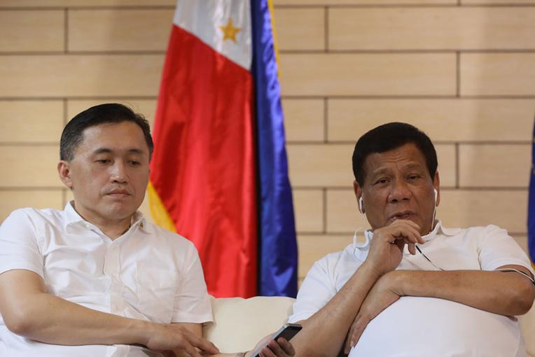 """Xi vante la """"confiance"""" accrue entre Chine et Philippines lors d'un appel avec Duterte"""