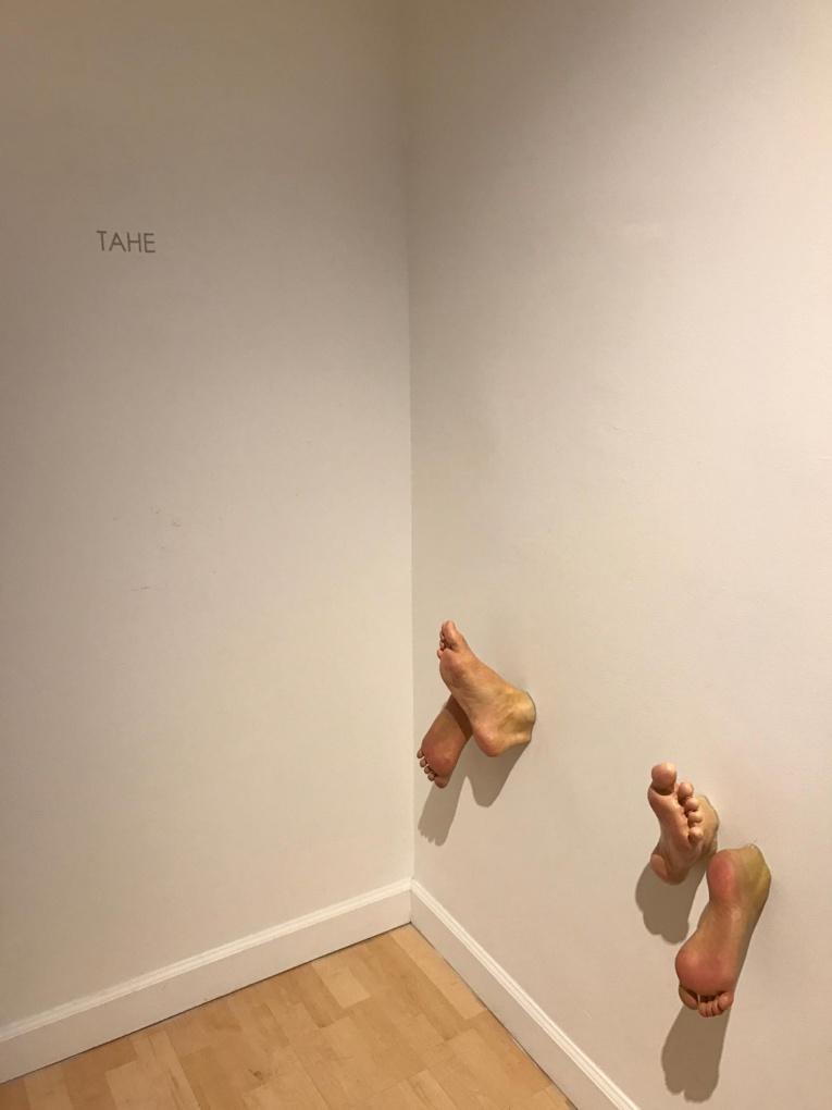 Plutôt insolite : des paires de pieds nus traversant un mur !