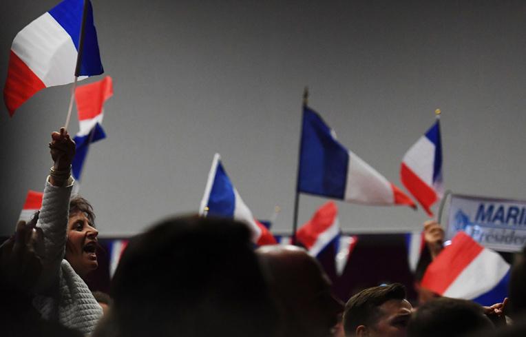 """Une quinzaine de médias se disent """"interdits"""" de soirée électorale FN"""