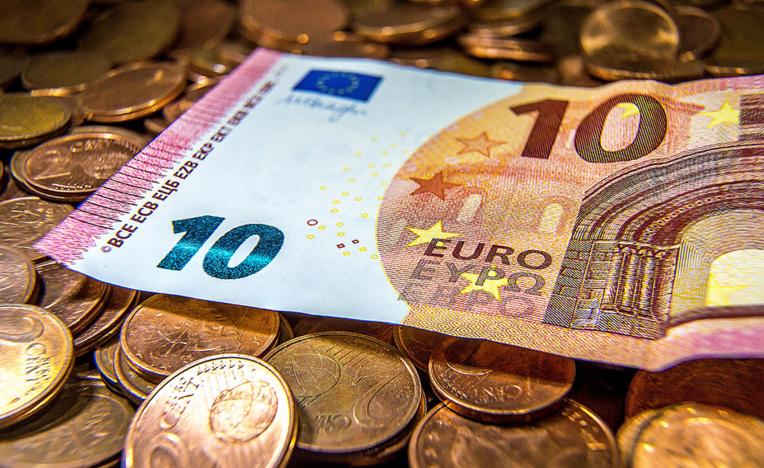 La Banque de France voit la croissance accélérer, bonne nouvelle pour Macron
