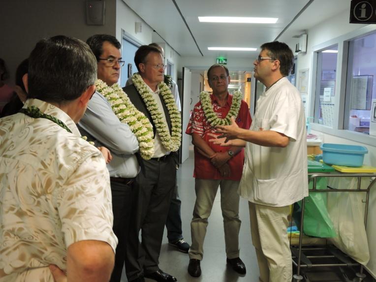 En décembre dernier, le haut-commissaire, le président du Pays et le ministre de la Santé avaient fait un point sur les besoins du service d'oncologie lors d'une visite au centre hospitalier de la Polynésie française. L'oncologue Bertrand Billemont avait mis en avant les besoins du service mais aussi des patients.