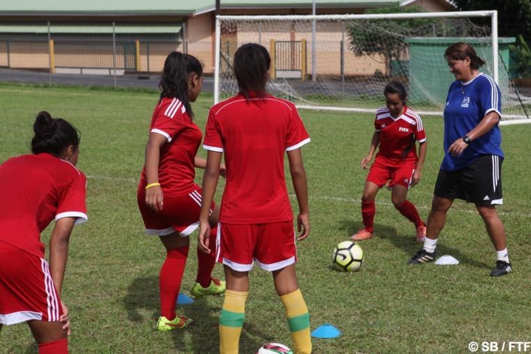 Jane Mahiatapu en pleine séance d'entrainement avec les filles de la sélection U17