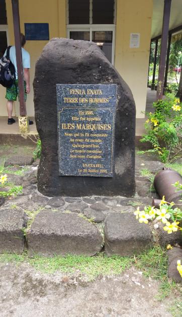 A Vaitahu, cette stèle commémore le baptême du Fenua Enata en « îles Marquises », datant de 1595.