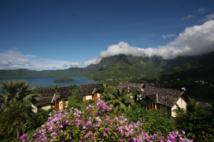 L'hôtel Hiva Oa Hanakee Pearl Lodge, qui domine la baie des Traîtres, le rocher Hanakee face au magnifique mont Temetiu coiffé de nuages.