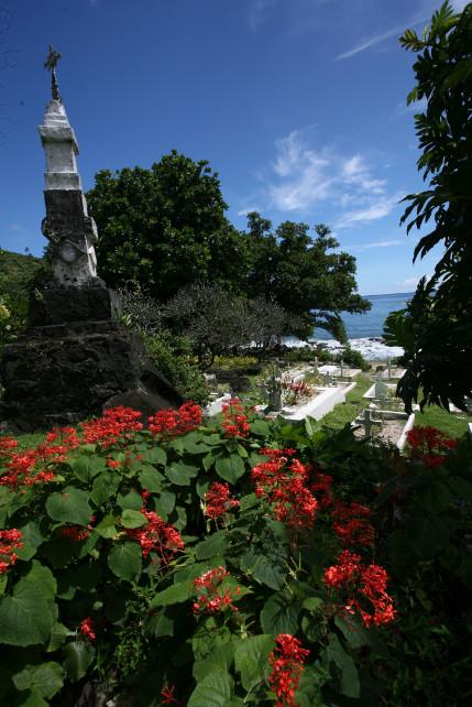 Une vue colorée du petit cimetière marin de Hapatoni. Pour reposer en paix, au calme, face à la mer.
