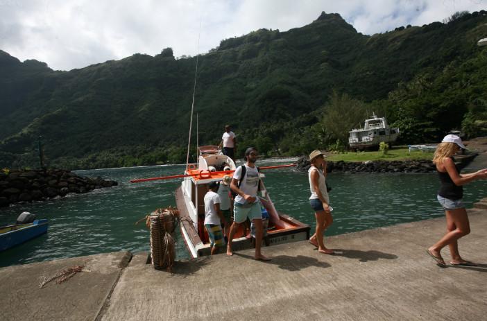 L'arrivée à Hapatoni, à bord du bonitier ; le quai a été réaménagé, rendant les débarquements moins hasardeux qu'à Vaitahu.