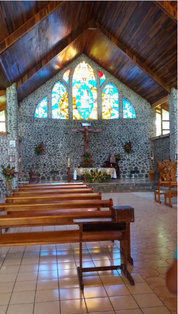 La très belle église de Vaitahu : bois précieux, galets et vitraux.