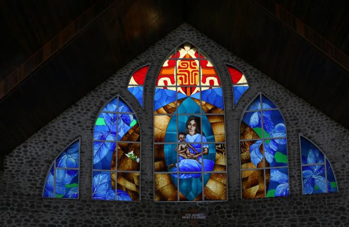Détail des vitraux dominant l'autel de l'église de Vaitahu.