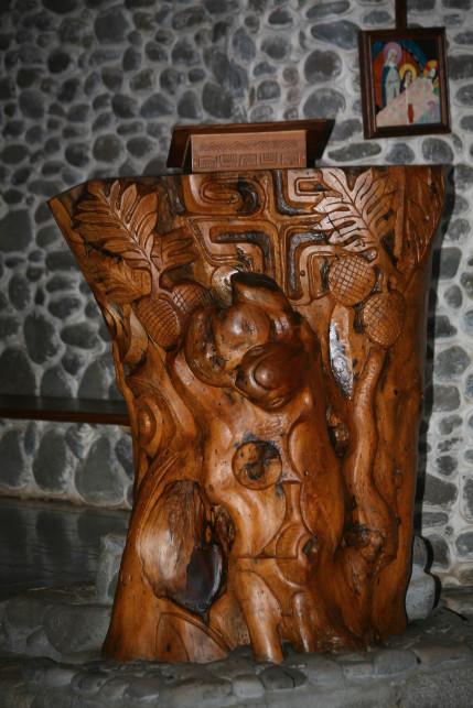 La chaire à Vaitahu est taillée dans une seule souche d'arbre.