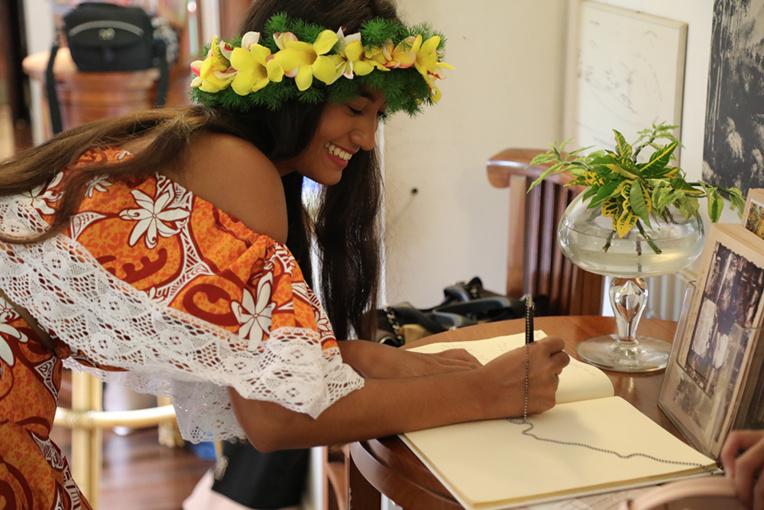 Hinatea Blais, Miss Moorea, signe le livre d'or. Crédit photo : Tahiti Infos