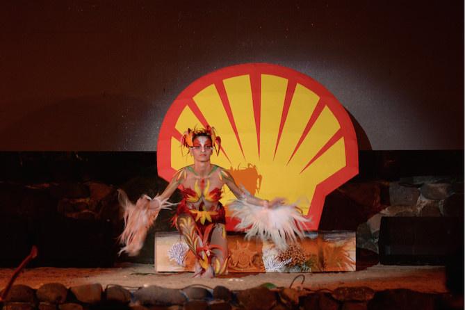 Un décor aux couleurs de la compagnie pétrolière pour le spectacle de O tahiti E
